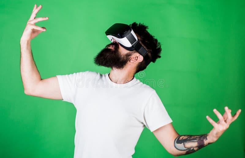 Pantaloni a vita bassa sul fronte entusiasta divertendosi nella realtà virtuale Concetto virtuale del partito Tipo con il ballo d fotografia stock