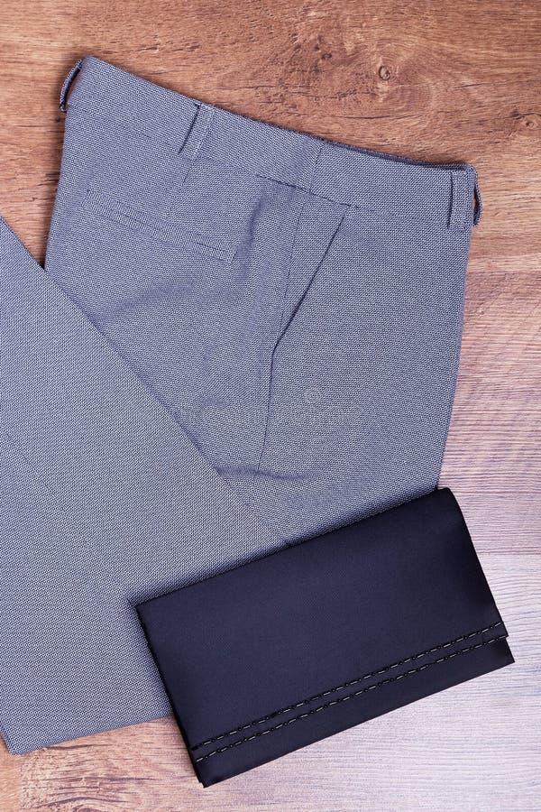 Pantalons gris et sac noir photographie stock libre de droits