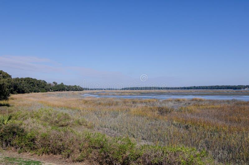 Pantanais e área do pântano em Beaufort South Carolina, na maré baixa em um dia ensolarado foto de stock
