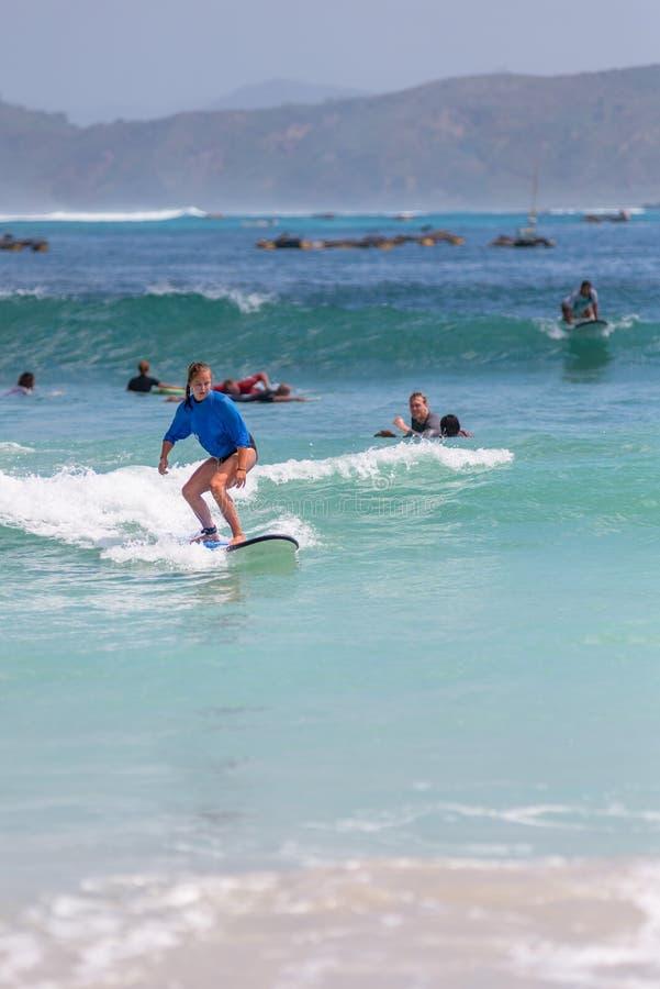 10/06/2017 Pantau Mawun, Lombok, Indonezja Młoda kobieta uczy się surfować obrazy royalty free