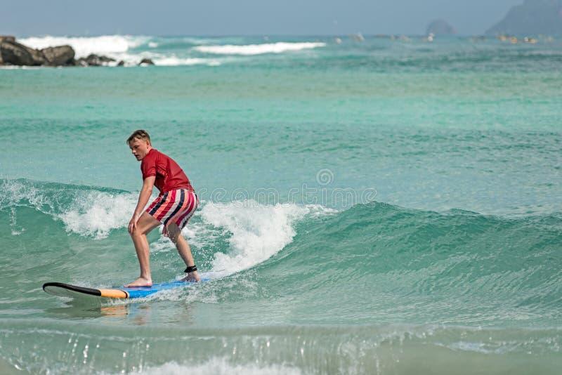 10/06/2017 Pantau Mawun, Lombok, Indonezja Młody człowiek uczy się fotografia stock
