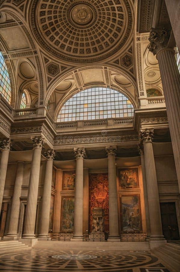 Panteão dentro da vista com o teto alto, as colunas, as estátuas e as pinturas decorados ricamente em Paris fotografia de stock