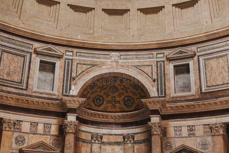 Panteão interno da vista Indicadores velhos bonitos em Roma (Italy) fotos de stock royalty free