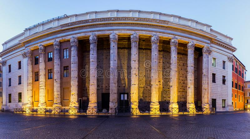 Panteão, templo romano anterior de todos os deuses, agora uma igreja, e fonte com o obelisco no della Rotonda da praça Indicadore foto de stock royalty free