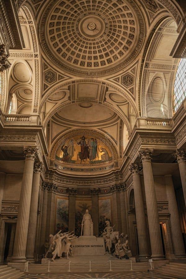 Panteon dentro la vista con il soffitto alto, le colonne, le statue e le pitture pienamente decorati a Parigi immagine stock libera da diritti