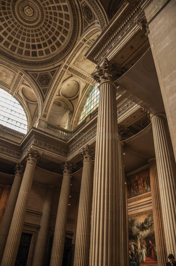 Panteon dentro la vista con il soffitto alto, le colonne, le statue e le pitture pienamente decorati a Parigi fotografie stock