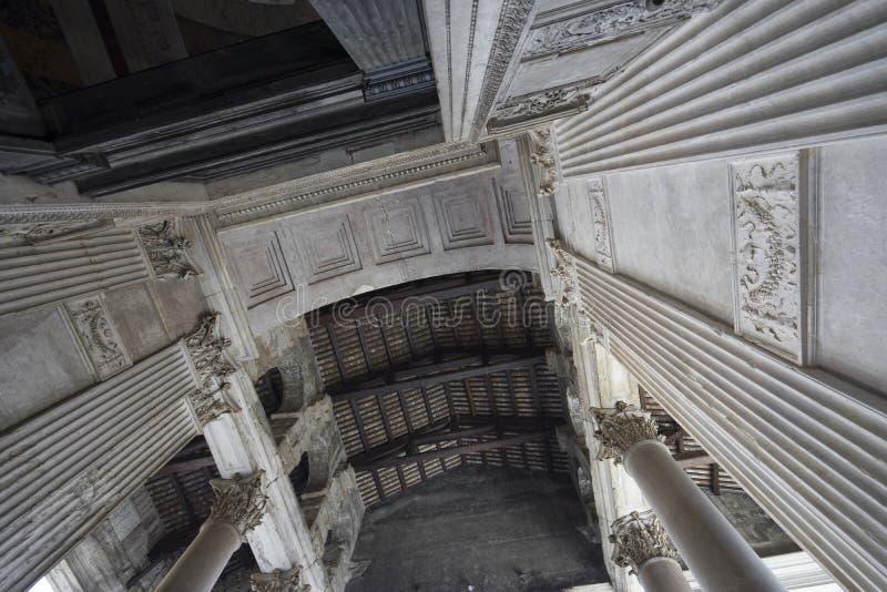 Panteon a Roma Vista vicina attraverso il soffitto e le colonne pantheon fotografia stock libera da diritti