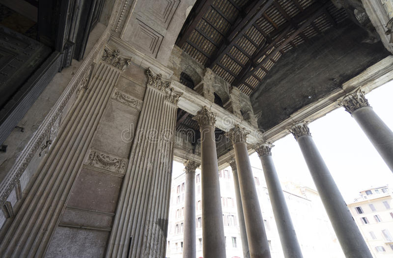 Panteon a Roma Vista vicina attraverso le pareti e le colonne Wa del panteon fotografie stock libere da diritti