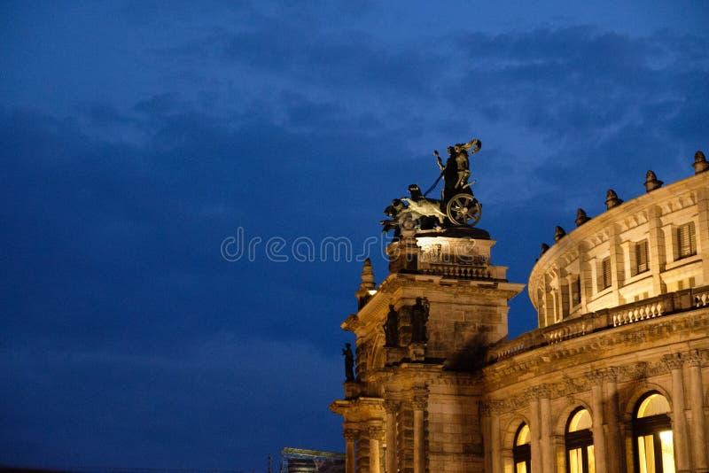 Pantera-quadriga sull'opera di Dresda Semper davanti ad uguagliare cielo fotografie stock libere da diritti
