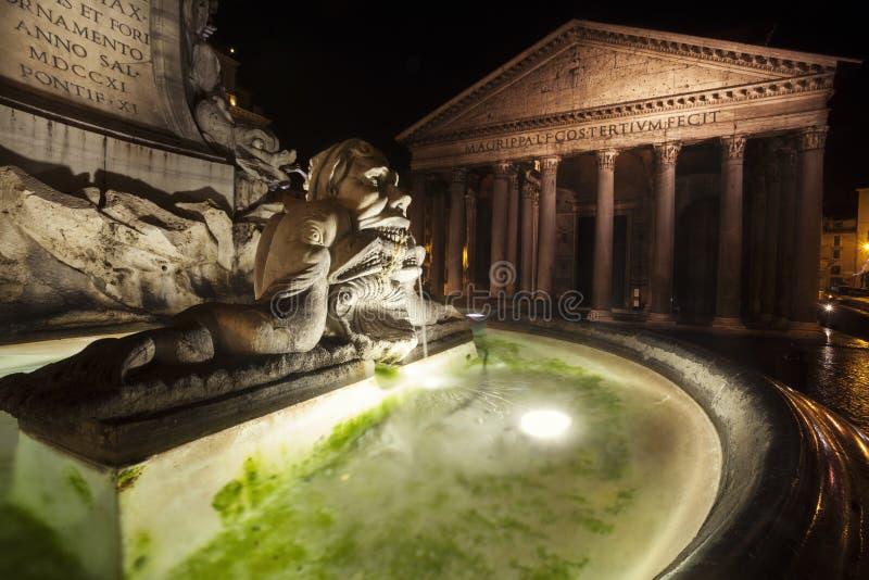 Pantheon και πηγή, ιστορικό κτήριο στη Ρώμη, Ιταλία - νύχτα στοκ φωτογραφία