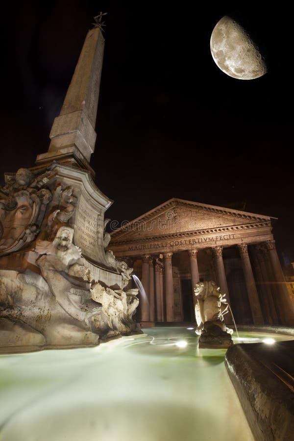 Pantheon, πηγή και φεγγάρι, ιστορικό κτήριο στη Ρώμη, Ιταλία - νύχτα στοκ εικόνες