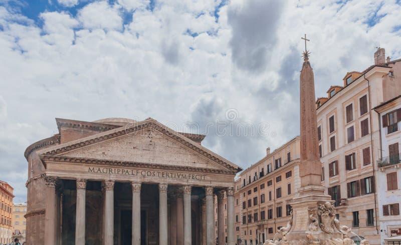 Pantheon en obelisk in het historische centrum van Rome, Italië royalty-vrije stock afbeeldingen