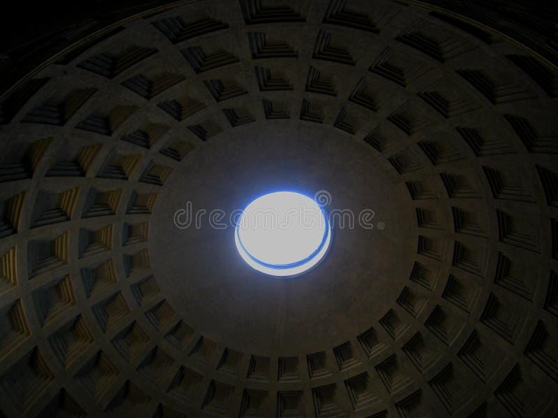 Pantheon mit dem Strahl des Sonnenlichtes von der Spitze Schöne alte Fenster in Rom (Italien) stockbilder