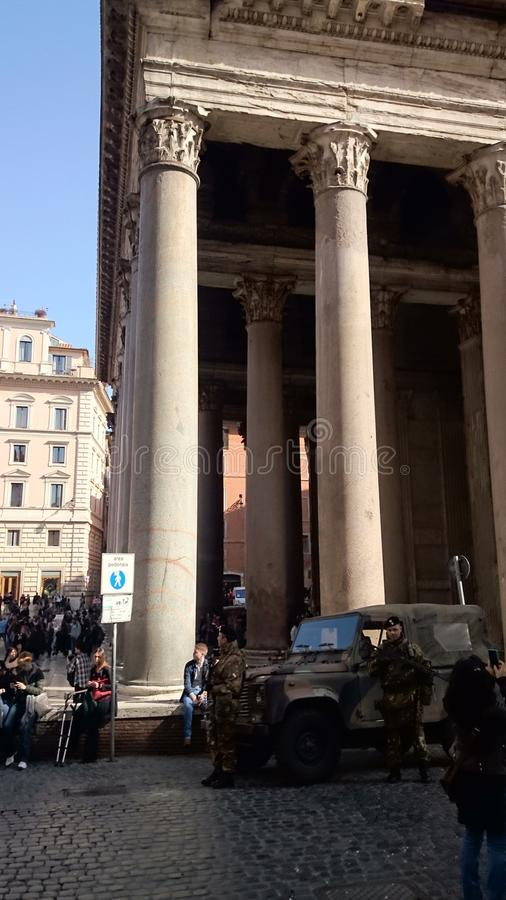 Pantheon in Rom mit der Armee stockfotografie