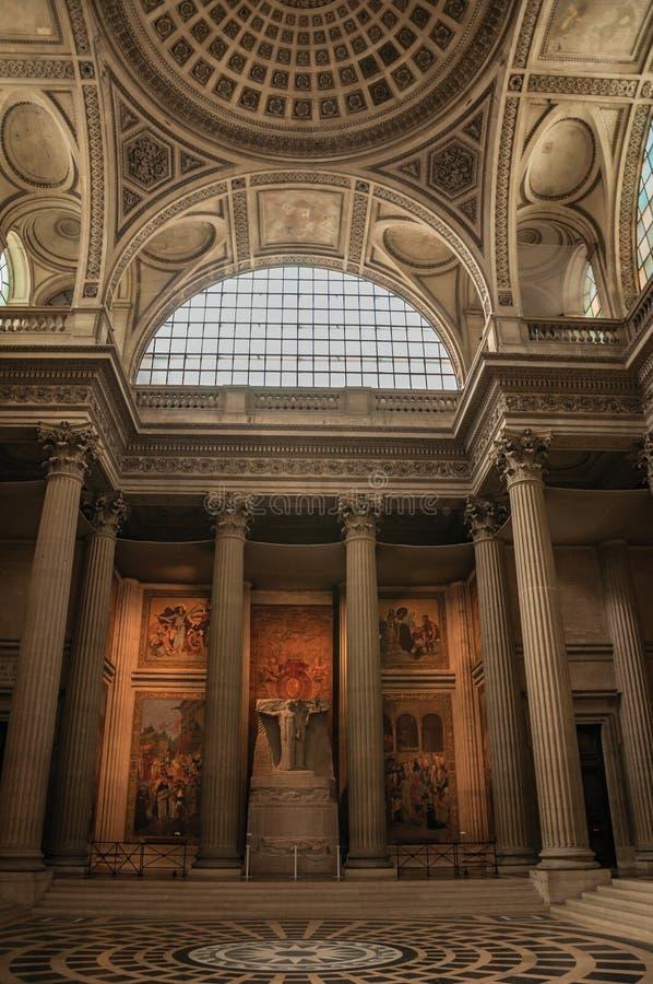 Pantheoninnenansicht mit der hohen Decke, Spalten, Statuen und Malereien reich verziert in Paris lizenzfreie stockbilder