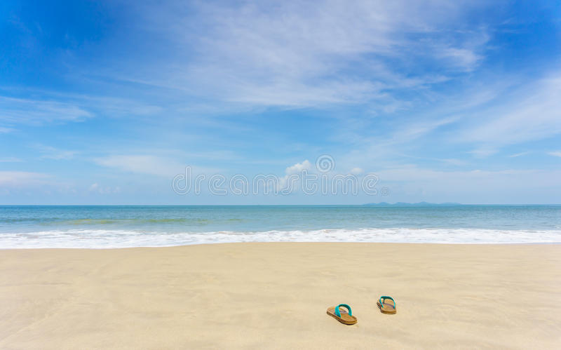 Pantoffel auf schönem Strand lizenzfreie stockfotografie