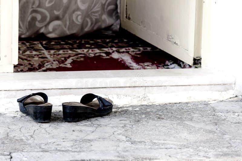 Pantoffel an der Schwelle zu einem schlechten Haus in der Türkei stockbilder