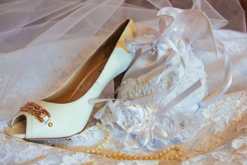 Pantoffel, handtas en parels van de bruid in Kazan, Rusland royalty-vrije stock fotografie
