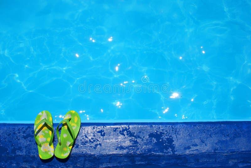 Pantoffels dichtbij zwembad stock foto