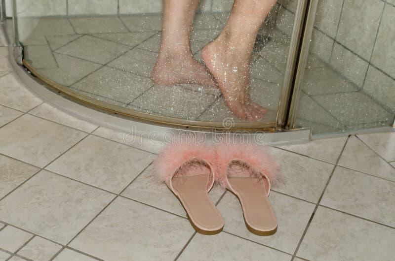 Pantoffels door een douchecabine royalty-vrije stock fotografie