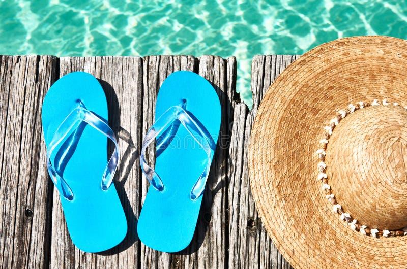 Download Pantoffels En Hoed Bij Pier Stock Foto - Afbeelding bestaande uit groen, overzees: 29504718