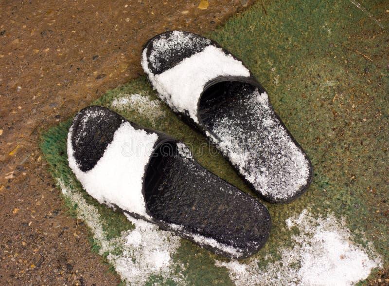 Pantoffels met sneeuw worden behandeld die royalty-vrije stock fotografie