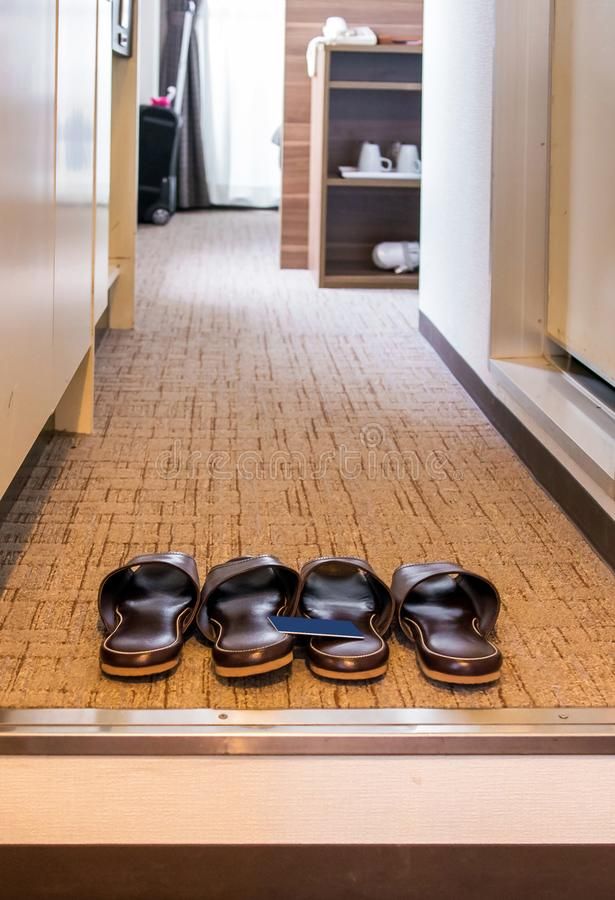 Pantoffels op de drempel van een hotelruimte in Hakone, Japan Exemplaarruimte voor tekst verticaal royalty-vrije stock fotografie