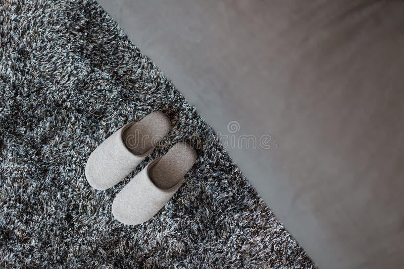 Pantoffels op mat royalty-vrije stock afbeeldingen