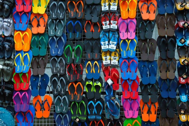Pantoffels, sandals in het heldere Park van kleurenchatuchak veel van de verkoopmarkt stock afbeelding