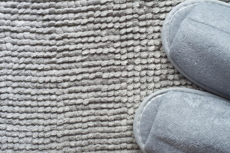 Pantofola su tappeto grigio fotografia stock