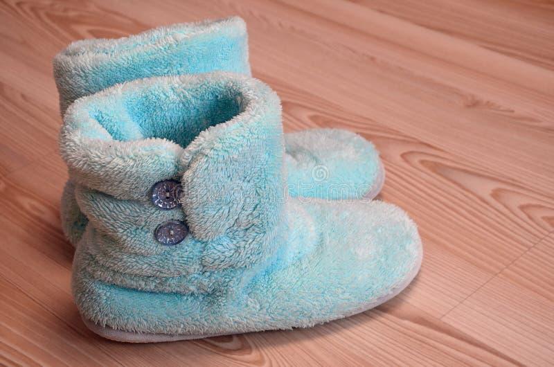 Pantofole accoglienti, calde e comode su un pavimento di parquet di legno nella stanza Spazio della copia per testo, inverno che  immagini stock libere da diritti