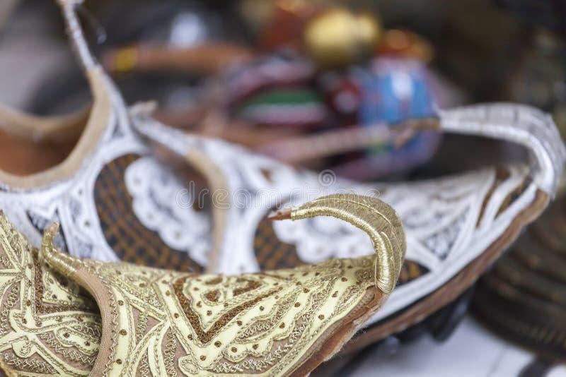Pantofole arabe d'annata al mercato arabo immagini stock