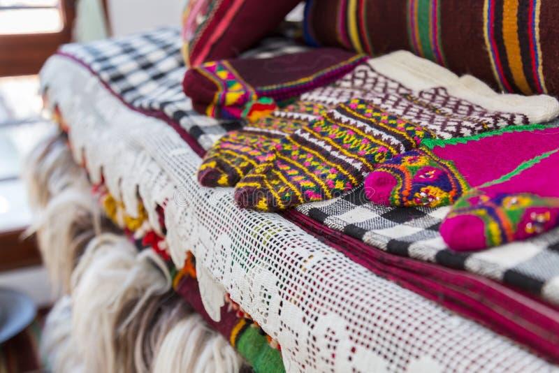 Pantofole/calzini fatti a mano tradizionali bulgari, coperte e coperte immagine stock libera da diritti
