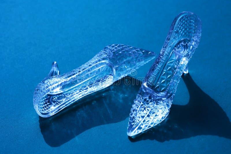 Pantofole di vetro sul blu fotografia stock