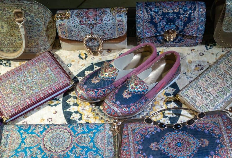 pantofole fatte a mano e reticules, borse, stile orientale delle borse immagini stock