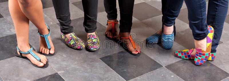 Pantofole variopinte di flip-flop fotografie stock libere da diritti