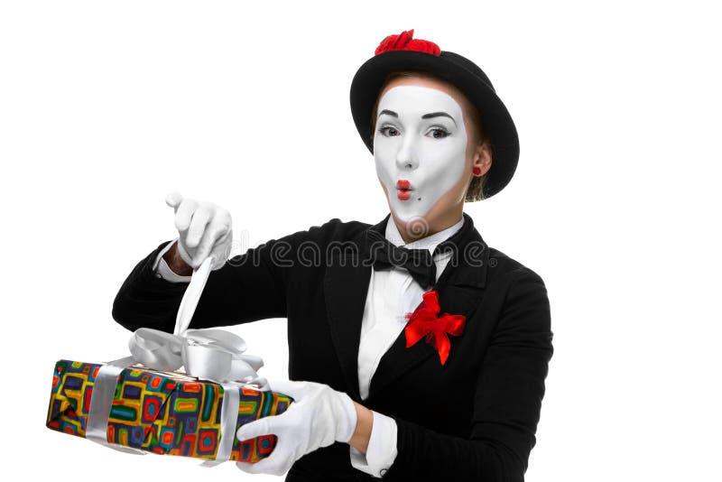 Pantomime als spielerische, frohe und aufgeregte Frau mit stockbilder