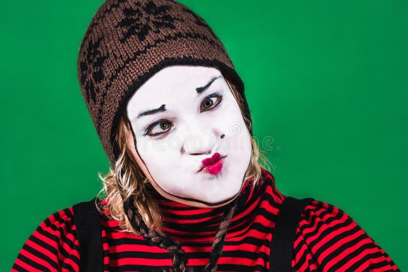 Pantomime de fille posant et grimaçant dans le studio de photo image stock