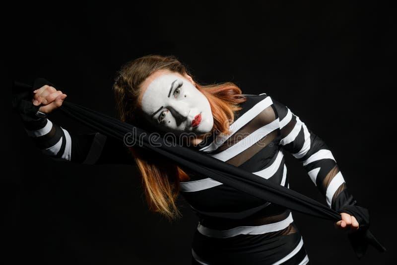 Pantomime femelle posant sur le noir photos libres de droits