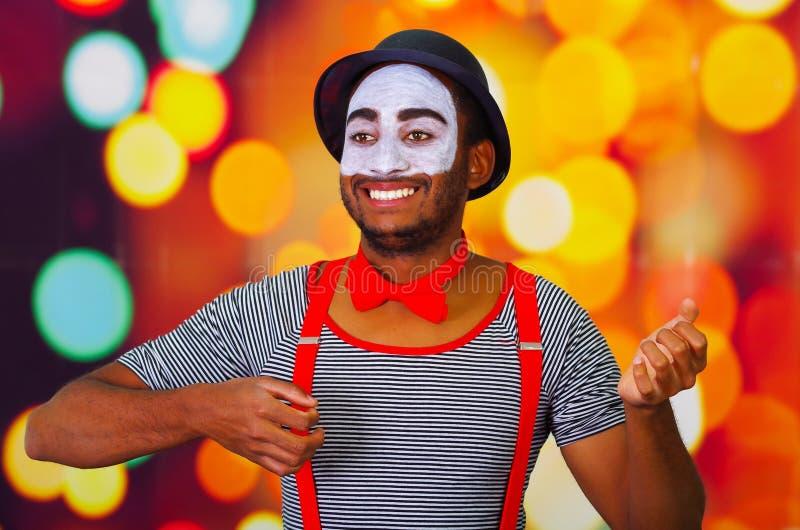 Pantomime l'homme portant la peinture faciale posant pour l'appareil-photo, utilisant le langage du corps de interaction de mains image stock