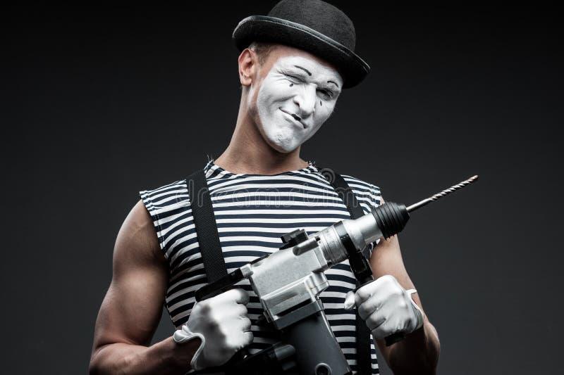 Pantomime mit Bohrhammer lizenzfreies stockfoto