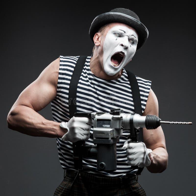 Pantomime mit Bohrhammer lizenzfreie stockfotografie