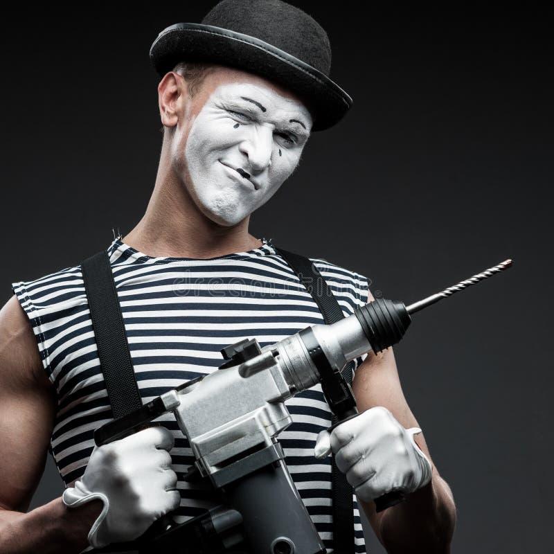 Pantomime mit Bohrhammer lizenzfreie stockbilder