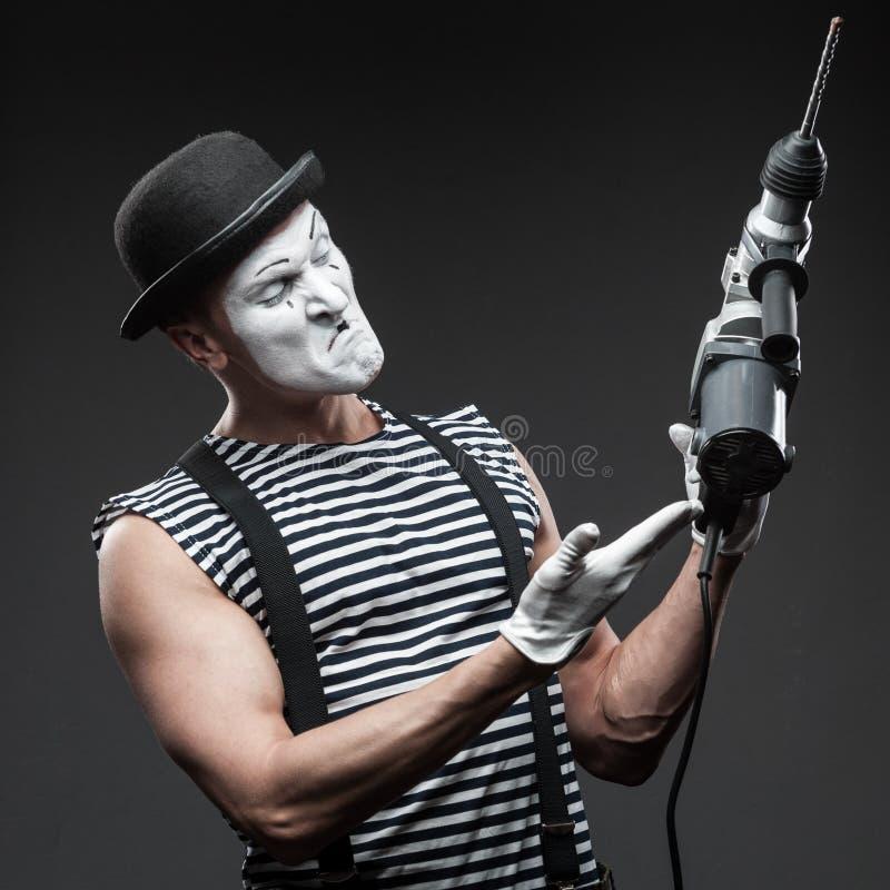 Pantomime mit Bohrhammer stockfotos