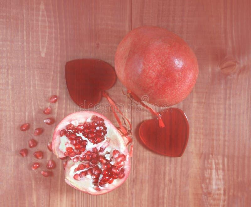 Panton färg av året 2019 - bosatt korall Abstrakta nya skalade granatäpplen för naturlig bakgrund med förälskade röda bönor för r arkivfoto