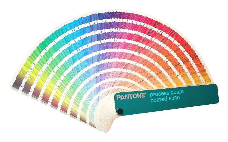 Pantone过程指南上漆的欧元 彩虹样品颜色编目在白色背景隔绝的颜色或光谱许多树荫下 库存图片