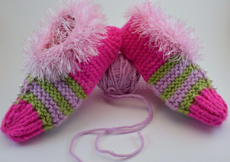 Pantoufles chaudes tricotées pour Noël images stock