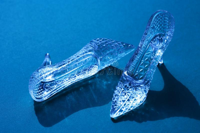 Pantoufles en verre sur le bleu photographie stock