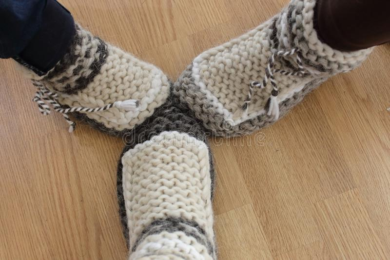 Pantoufles faites de laine naturelle photos stock