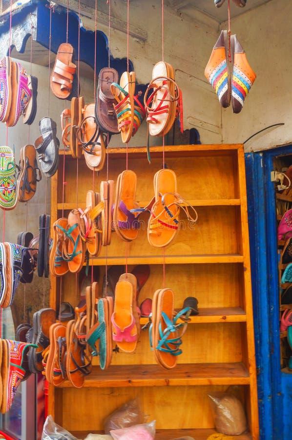 Pantoufles marocaines à vendre dans le souk de Marrakech, Maroc images libres de droits